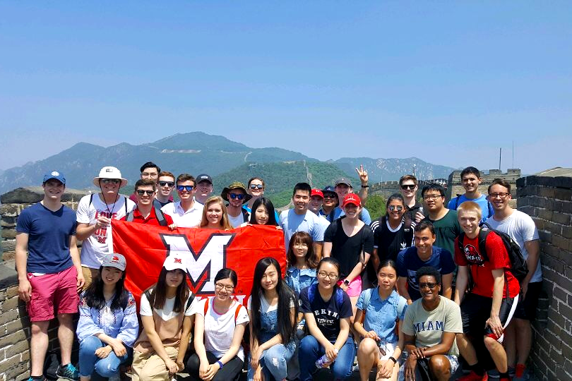 students take group photo on the great wall of china